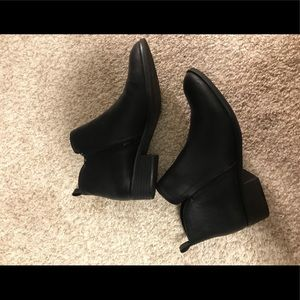 Worn once. Sz 8 American Rag booties
